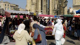 Des femmes portant le foulard font leur marché à Bordeaux (Gironde), le 30 juillet 2019. (PHILIPPE ROY / AFP)