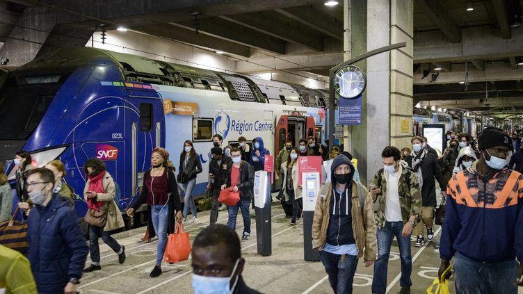 Des voyageurs en gare de Paris-Montparnasse, le 12 mai 2021. (JACOPO LANDI / HANS LUCAS / AFP)
