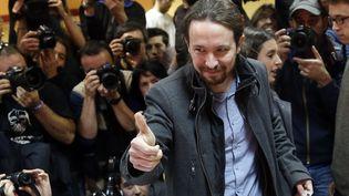 Le leader de Podemos, Pablo Iglesias, vote dans un bureau de Madrid pour les élections législatives espagnoles, le 20 décembre 2015. (ANDREA COMAS / REUTERS)