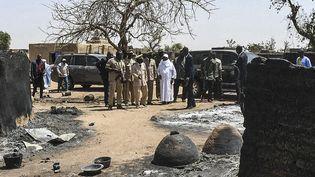 Le président malien Ibrahim Boubacar Keitar se rend dans le village de Ogassogou où, au moins, 160 personnes ont perdu la vie, le 23 mars 2019. (HANDOUT / MALIAN PRESIDENCY)