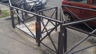 Les barrières sont installées en travers des grilles d'aération. (MORGANE HEUCLIN-REFFAIT / RADIOFRANCE)
