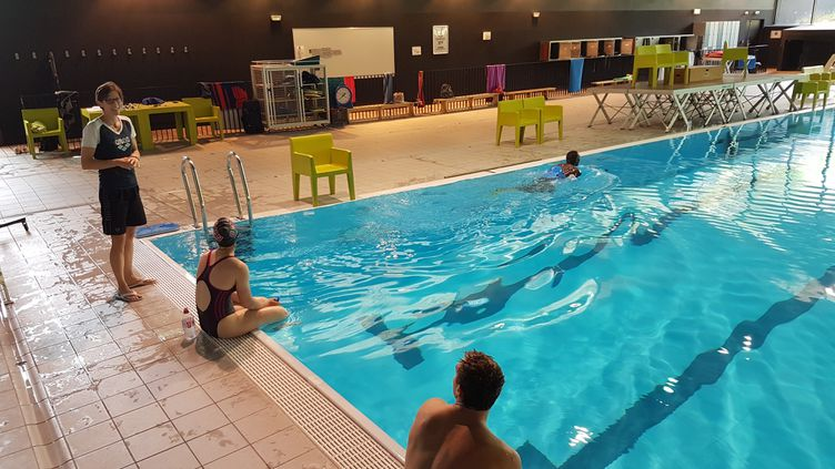 Les athlètes français à l'écoute de Jacqueline Delord, responsable de la réathlétisation en piscine. (CB)
