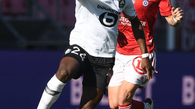 Le Brestois Irvin Cardona met la pression sur le Lillois Boubakary Soumare  (FRED TANNEAU / AFP)