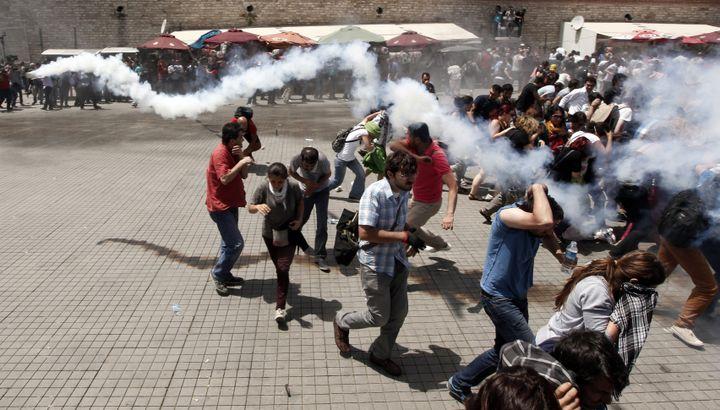 La police disperse des manifestants avec des gaz lacrymogènes, à Istanbul (Turquie), le 31 mai 2013. (OSMAN ORSAL / REUTERS)