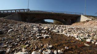 Une rivière à sec dans le Sud de la France, en mars 2012. (photo d'illlustration) (CHRISTOPHE CHAVIGNAUD / MAXPPP)
