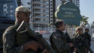 Des militaires brésiliens montent la garde devant l'entrée du village olympique de Rio de Janeiro, le 27 juillet 2016. (PETER BAUZA / AFP)