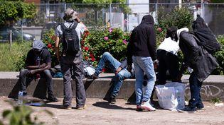 Depuis la mi-mai 2021, les consommateurs de crack, chassés des rues du quartier Stalingrad, à Paris, se regroupaient dans les jardins d'Eole, comme ici, le 29 mai. (ALEXIS SCIARD / MAXPPP)