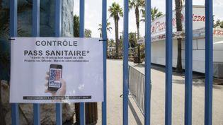 Le pass sanitaire, qui était déjà obligatoire dansles parcs de loisirs (comme ici, à Antibes), va le devenir également, à partir du 9 août, dans les établissements de soins. (SYSPEO/SIPA)