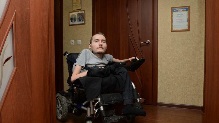 Valery Spiridonov, un Russe de 30 ans souffrant d'une maladie neurodégénérative et photographié le 16 avril 2015, est prêt à se faire couper la tête pour avoir un nouveau corps. (KIRILL KALLINIKOV / RIA NOVOSTI / AFP)