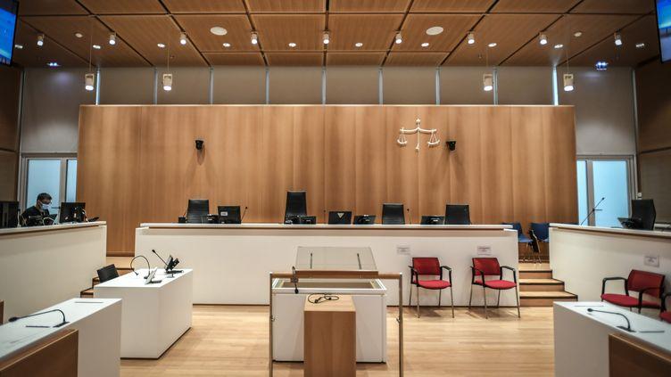 La salle d'audience où se déroule le procès des attentats de janvier 2015, au tribunal judiciaire de Paris, prise en photo le 27 août 2020. (STEPHANE DE SAKUTIN / AFP)