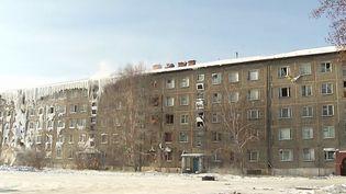 En Sibérie (Russie), une fuite d'eau a transformé un bâtiment en château de glace. Par -14°C, tout a gelé, des appartements jusqu'aux façades. Les habitants attendent d'être relogés. (France 3)