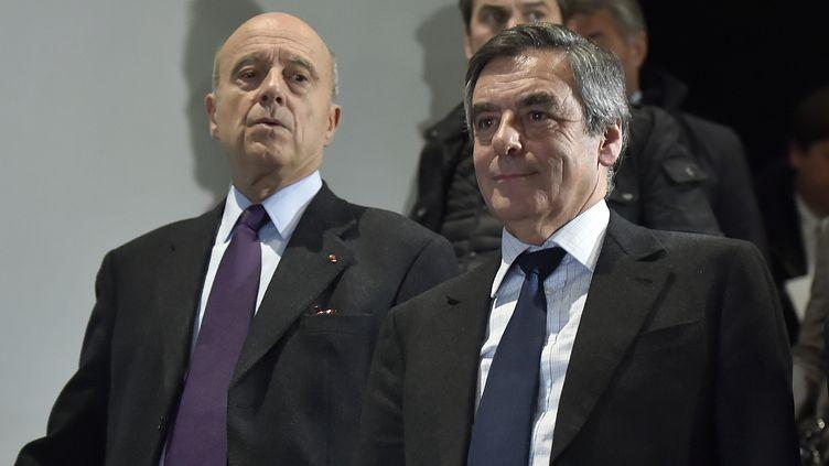 Alain Juppé et François Fillon, côte à côte, à Bordeaux, le 25 janvier 2017. (GEORGES GOBET / AFP)