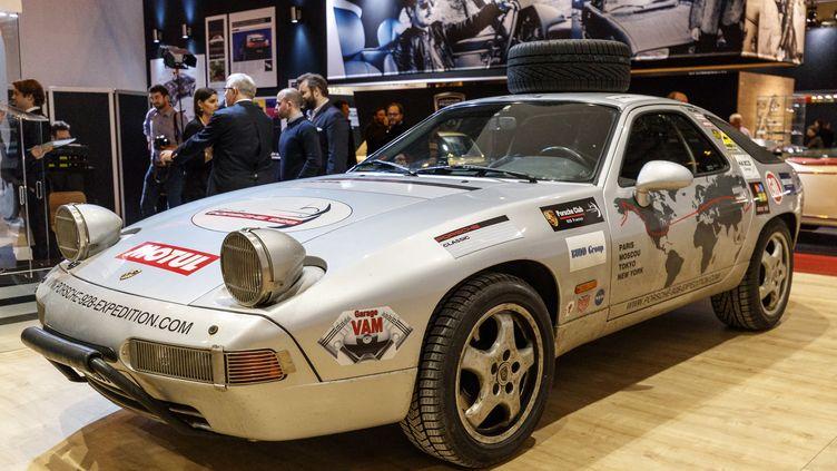 Parmi les voitures de collection présentes au Rétromobile 2017, une Porsche 928 de 1989. (CITIZENSIDE/ANN-DEE LAMOUR / CITIZENSIDE)