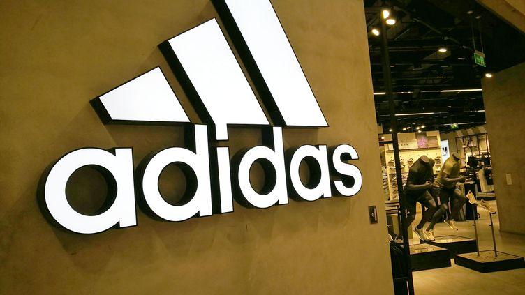 Adidas ne peut pas enregistrer comme marque dans l'UE ses trois bandes parallèles sur des vêtements ou des chaussures, a estimé, le 19 juin 2019, la justice européenne. (CHEN JIALIANG / IMAGINECHINA / AFP)