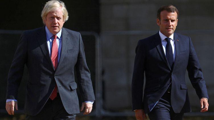 Le président français Emmanuel Macron (à droite) et le Premier ministre britannique Boris Johnson (à gauche), à Londres, le 18 juin 2020. (HANNAH MCKAY / POOL)