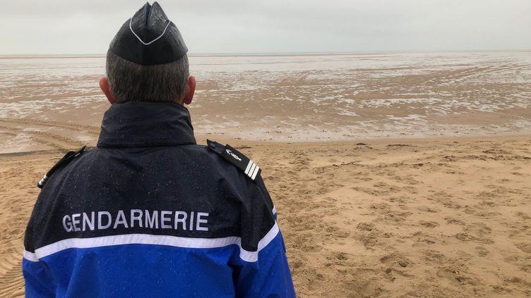 Un réserviste de la gendarmerie surveille une zone de traversée de la Manche par des migrants, le 16 octobre 2019 à Calais. (MAXPPP)
