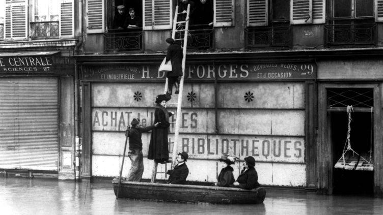 """Pour le ravitaillement, les parisiens se débrouillent comme ils peuvent.  (Patrice de Moncan - """"Paris inondé - La grande inondation de 1910"""" (éd. du Mécène))"""