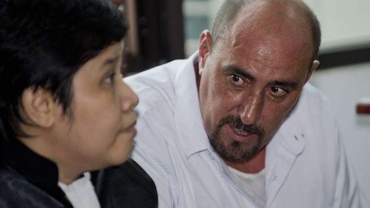 Le Français Serge Atlaoui avec son avocate indonésienne, à Jakarta (Indonésie), le 1er avril 2015. (ROMEO GACAD / AFP)