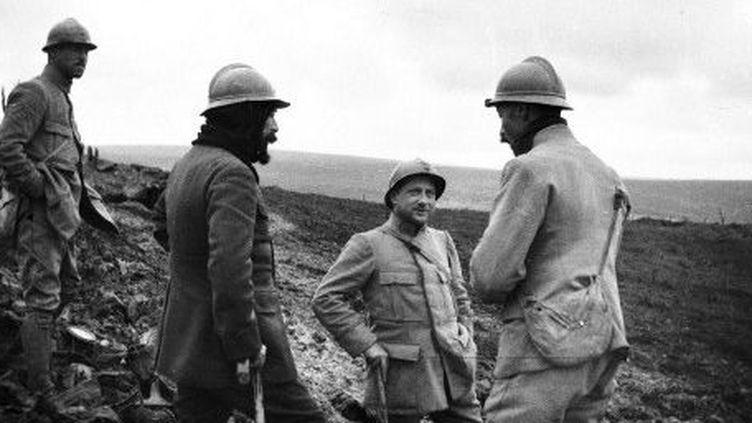 Des soldats et des officiers en train de discuter à Verdun le 1er octobre 1917. (AFP - Frantz Adam)