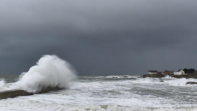 Des vagues à Batz-sur-Mer (Loire-Atlantique), le 31 décembre 2017. (LOIC VENANCE / AFP)
