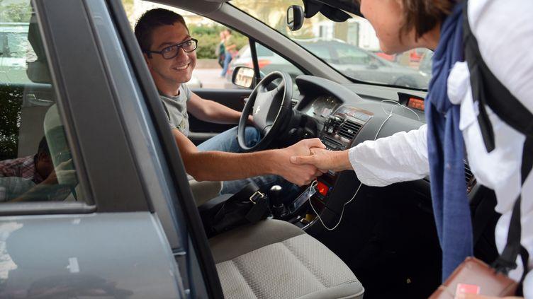 La plateforme payante Blablacar permet de mettre en relation des conducteurs et des passagers pour faire du covoiturage. (PHILIPPE DESMAZES / AFP)