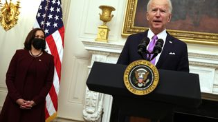 Le président américain Joe Biden s'exprime aux côtés de la vice-présidente Kamala Harris, lors d'un événement à la State Dining Room de la Maison Blanche, le 21 janvier 2021, à Washington. (ALEX WONG / GETTY IMAGES NORTH AMERICA / AFP)