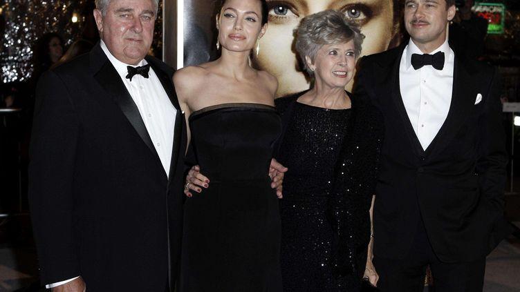 Brad Pitt (D), accompagné de ses parents, William et Jane, et de sa compagne, Angelina Jolie, en décembre 2008 à Los Angeles. (MATT SAYLES / AP / SIPA)