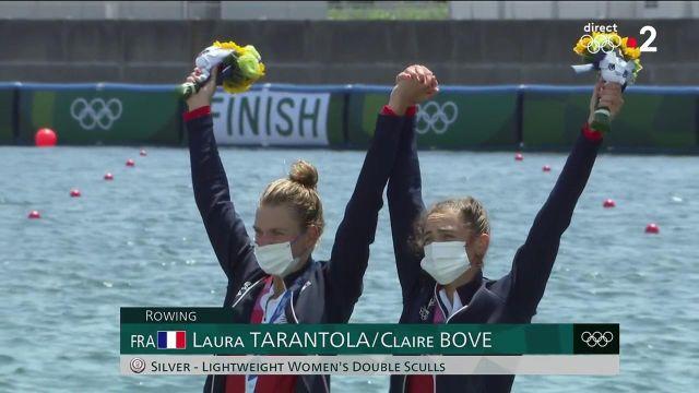 La joie magnifique de Claire Above et de Laure Tarantola sur le podium après la réception de leur médaille d'argent.