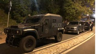 Un véhicule du RAID lors d'une intervention dans le quartier de la Duchère à Lyon après une fusillade visant des policiers, le 25 octobre 2021. (FRANCE TELEVISIONS)