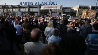 Des partisans du projet d'aéroport de Notre-Dame-des-Landes manifestent devant l'actuelle infrastructure, le 14 octobre 2017 à Bouguenais (Loire-Atlantique). (JEAN-SEBASTIEN EVRARD / AFP)