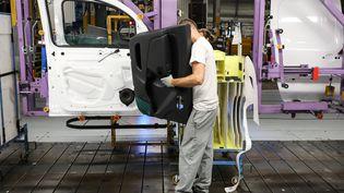 Un employé à l'usine Renault de Maubeuge (Nord), le 8 novembre 2018. (LUDOVIC MARIN / AFP)