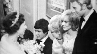 Très rock'n roll, Elisabeth a rencontré de nombreuses stars, de Johnny Hallyday et Sylvie Vartan... (UPI / AFP)