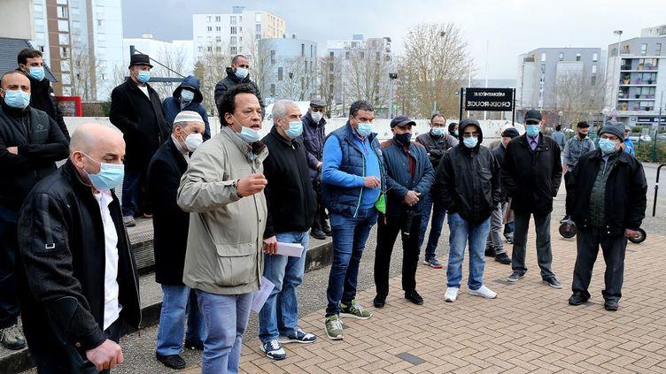 L'Association des travailleurs maghrébins et le Comité de défense des locataires de la Croix-Rouge appellent à une manifestation pour dénoncer l'agression du photojournaliste français Christian Lantenois, à Reims le 4 mars 2021. (FRANCOIS NASCIMBENI / AFP)