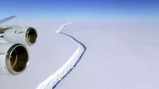 Photo aérienne de la crevasse qui lézarde Larsen C, au pôle Sud, le 10 novembre 2016. (JOHN SONNTAG/AP/SIPA / AP)