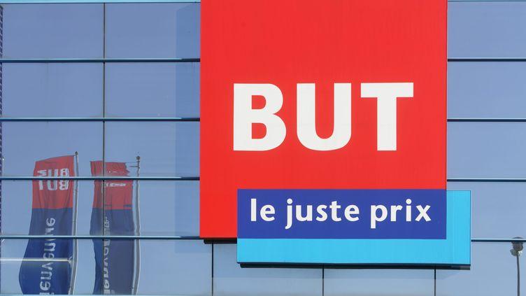 """Le logo du magasin d'ameublement """"But"""". Photo d'illustration. (BERTRAND BECHARD / MAXPPP)"""