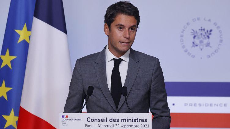 Gabriel Attal s'adresse à la presse après un Conseil des ministres, le 22 septembre 2021 à Paris. (THOMAS SAMSON / AFP)