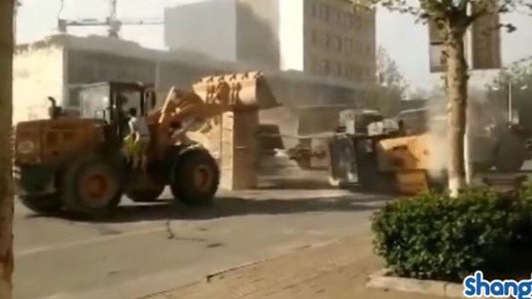 Capture d'écran montrant des bulldozers qui combattent en pleine rue en Chine, le 16 avril 2016 (SHANGHAI EXPAT / YOUTUBE)