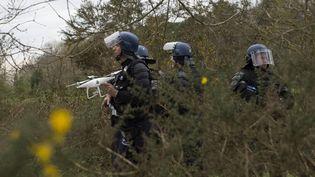 Des gendarmes équipés d'un drone, pendant l'évacuation de la ZAD de Notre-Dame-des-Landes, le 11 avril 2018. (MAXPPP)