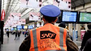 Un agent SNCF en grève contre la réforme des retraites à la gare de l'Est, à Paris, le 9 décembre 2019. (REMI DECOSTER / HANS LUCAS / AFP)