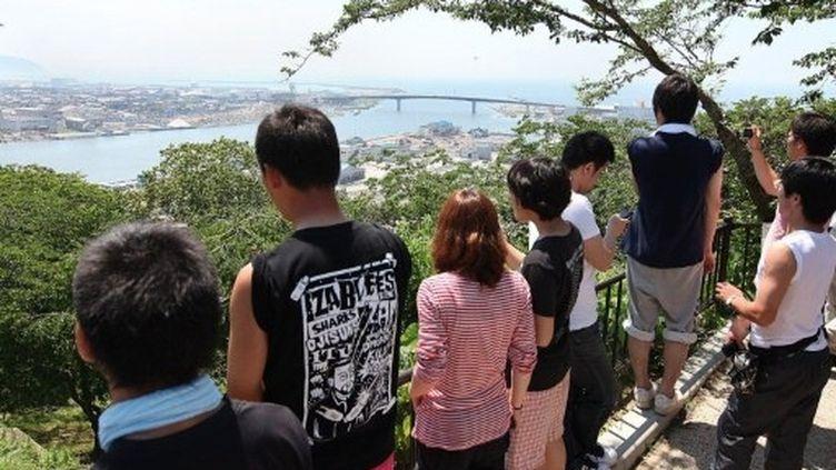 Des habitants observent la côte japonaise suite à l'avertissement de l'agence météorologique nationale, le 10/7/2011. (AFP - Jiji Press JIJI)