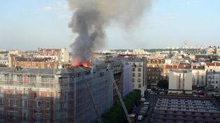 Un incendie a tué deux personnes, samedi 7 juin au soir, dans un immeuble à Aubervilliers. (JOEL ESTIENNE / AFP)