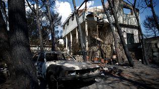 Une maison entièrement détruite par le feu, dans le village de Mati, près d'Athènes, le 27 juillet 2018. (COSTAS BALTAS / REUTERS)