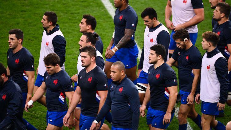 Les joueurs de l'équipe de France à l'échauffement avant le match du tournoi de rugby des Six Nations entre la France et l'Irlande au stade de France, à Saint Denis, le 31 octobre 2020.  (FRANCK FIFE / AFP)