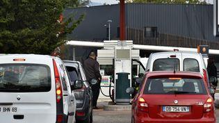 File d'attente dans une station essence Auchan à Lyon en 2017 (MAXPPP)