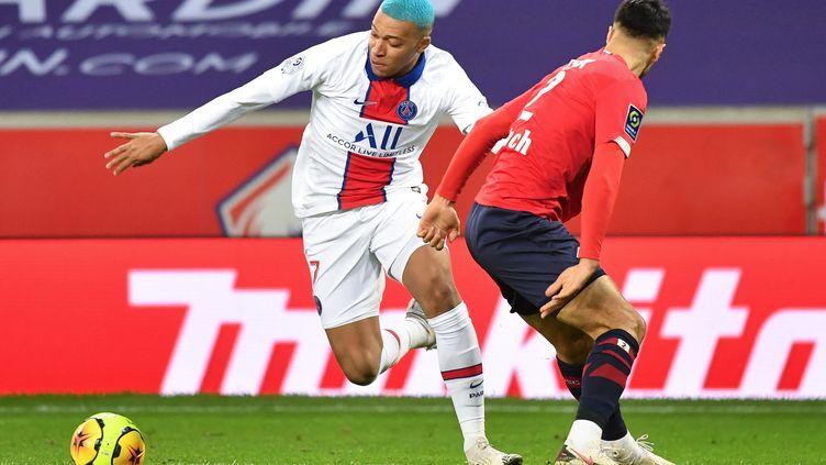 Kylian Mbappe et Zeki Celik durant le match de Ligue 1, Lille - PSG, le 20 décembre 2020.  (DENIS CHARLET / AFP)