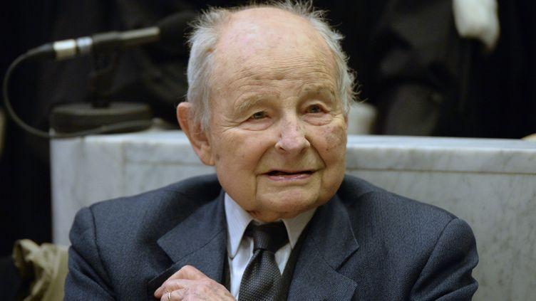 Jacques Servier, fondateur des laboratoires du même nom, au tribunal de Nanterre (Hauts-de-Seine), le 21 mai 2013. (LIONEL BONAVENTURE / AFP)