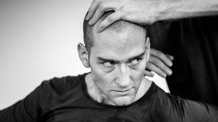 """Le danseur Hannes Langolf est """"John"""" . Nouvel uppercut danse-théâtre de Lloyd Newson à la Biennale de la danse de Lyon  (Ben Hopper)"""