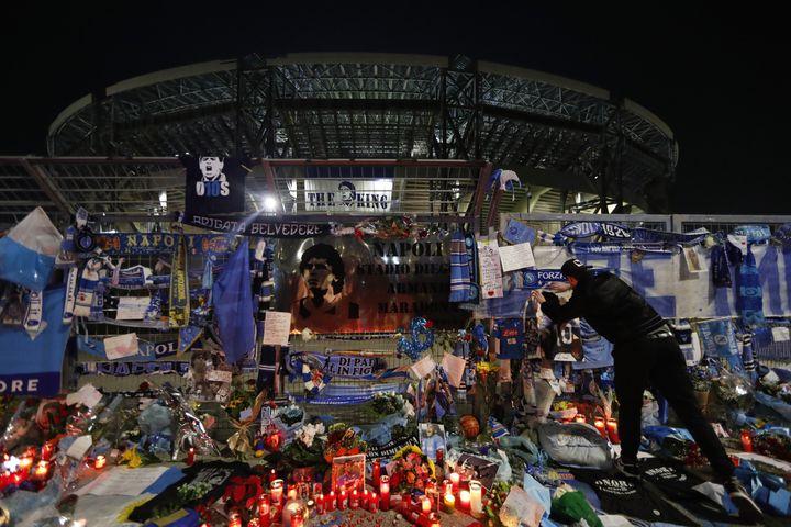 Le témoignage des fans de Maradona devant le stade San Paolo de Naples (YARA NARDI / X06600)