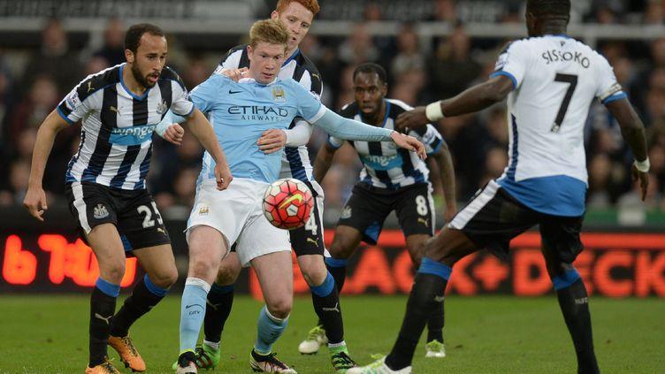 Kevin De Bruyne accroché par les joueurs de Newcastle (OLI SCARFF / AFP)