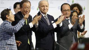 Christiana Figueres, Ban Ki-Moon, Laurent Fabius et François Hollande lors de la célébration de l'accord arraché à l'issue de la COP21, samedi 12 décembre 2015au Bourget, près de Paris. (STEPHANE MAHE / REUTERS)